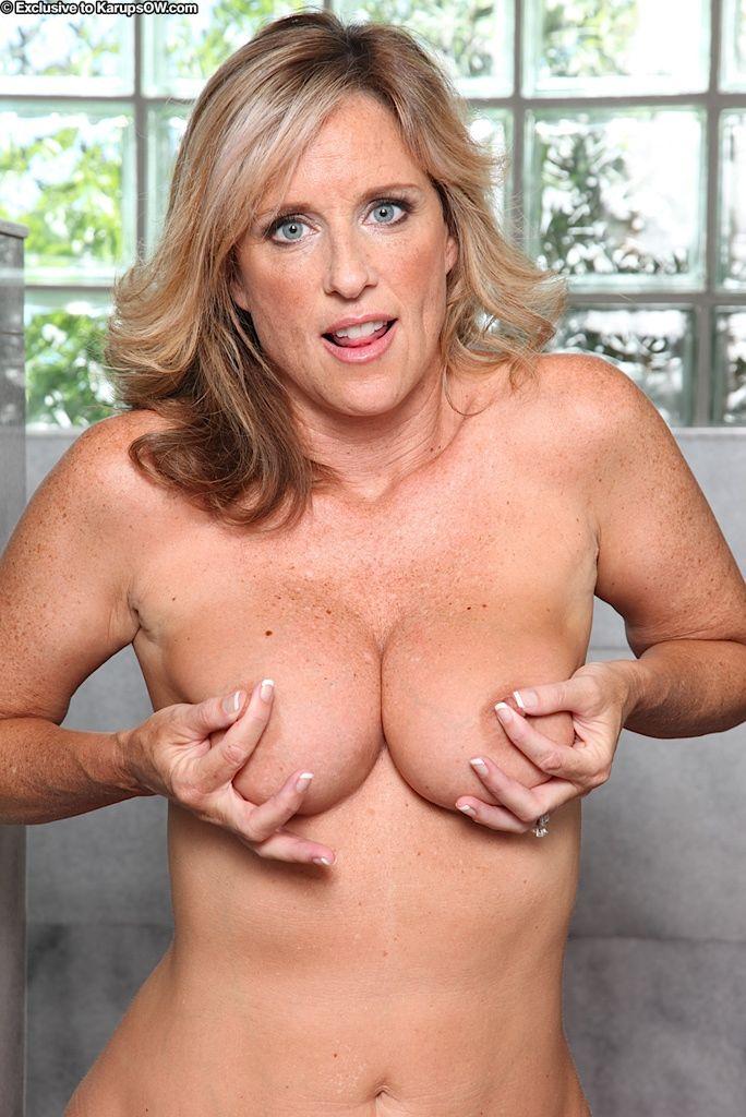 Sexy rondborstige vrouw neemt een douche