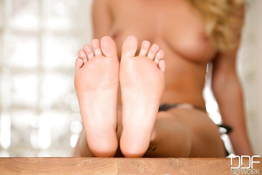 Teen Zehen eigenen Sexy ihre saugt Oralsex: 7