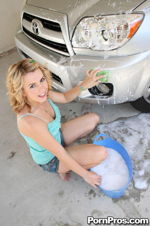 Op de auto neuken tijdens het wassen