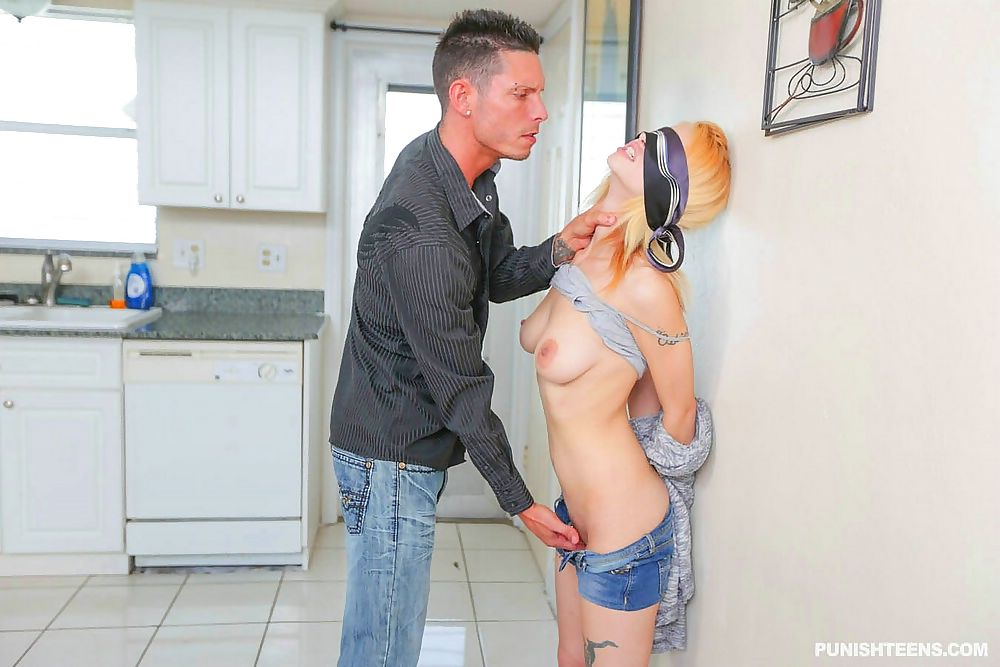 Lesbische sletten neuken in de keuken