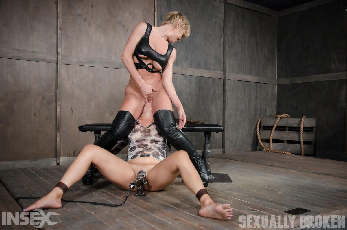 Meesteres misbruikt kont en kut van haar blonde slaafje