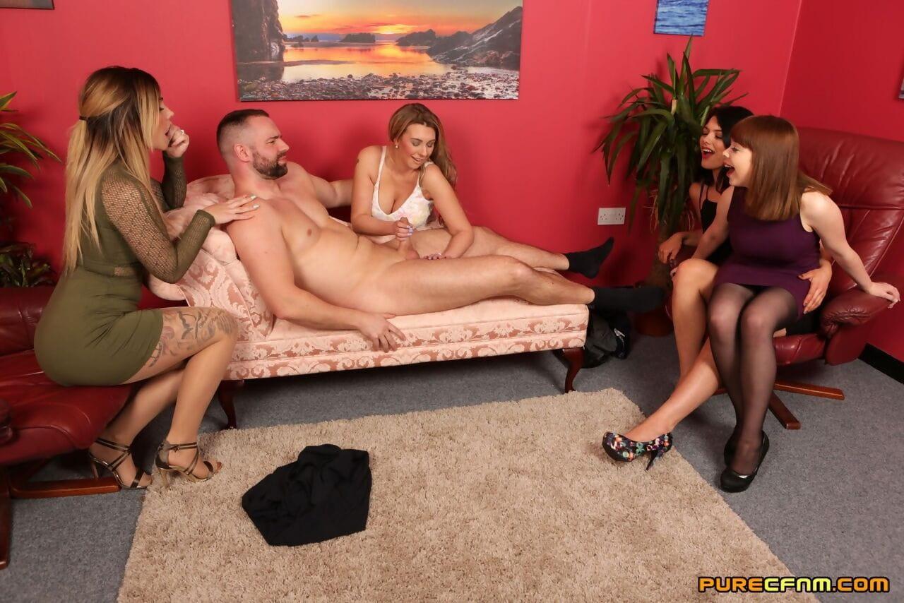 Gruppe nackte frauen Amateure nackt