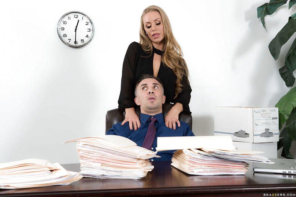 Co-Arbeiter Blowjob Reife Mutter Schluckt
