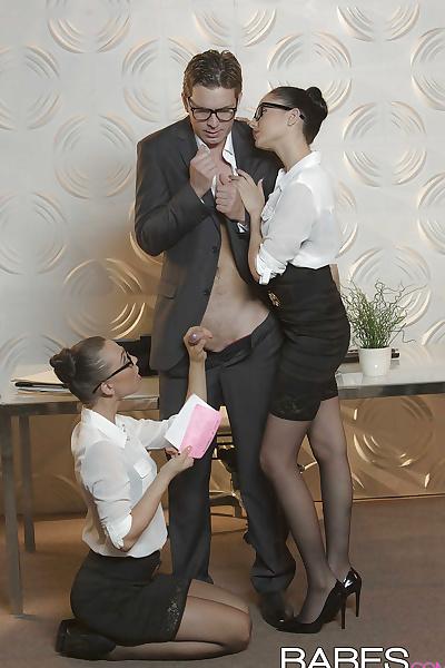 Heiße Sekretärinnen mit Brille Ariana Marie und Aidra Fox haben einen Dreier